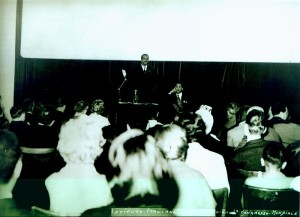 photo © collection particulière de Mme Béville Édouard Glissant au podium, Albert Béville assis à droite; Congrès Mondial des Écrivains et artistes noirs, 25-31 mars 1959, Rome (cliquez dessus pour voir la photo en grand format)