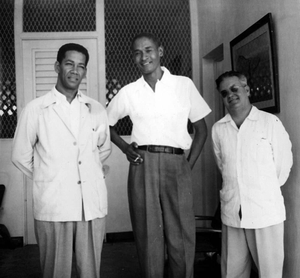 Roussan Camille (au centre) avec deux sculpteurs cubains : Teodoro Ramos Blanco (à gauche) et Juan José Sicre Vélez. Photo prise à Cuba, vers 1949.