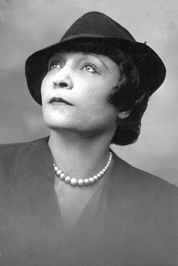 Photographie d'Ida Faubert qui illustre Sous le soleil caraïbe (1959). Prise au Studio R. Paudrat, 19, bd Saint-Denis, Paris. D.R. Source: J. Faubert.