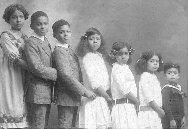 Les enfants Sylvain, de gauche à droite: Suzanne (1898-1975), Normil (1900-1929), Henry (1901-1991), Madeleine (1905-1970), Jeanne (1906-), Yvonne (1907-1989), Pierre (1910-1991). Paris, septembre 1912 D.R. photo léguée par M. Jean Comhaire à K. Gyssels