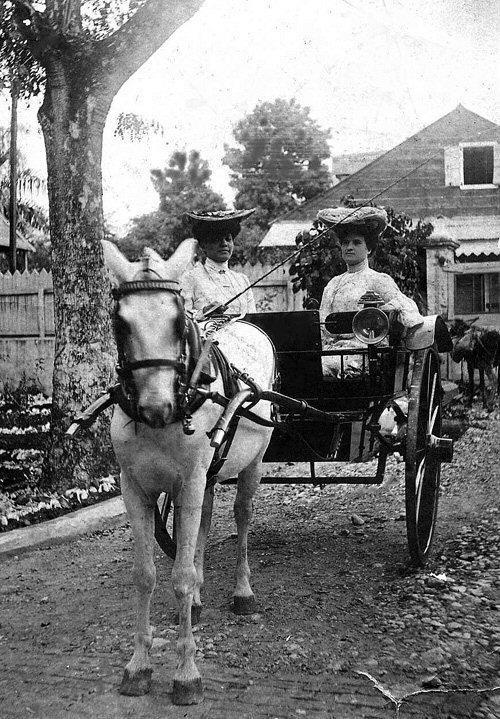 Ida Faubert (à gauche), en calèche avec une femme non-identifiée. Photographie prise en Haïti vers 1903.