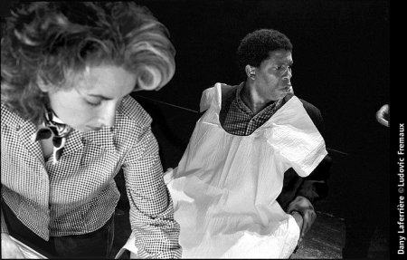 Photo de Dany Laferrière © Ludovic Fremaux Mai 1997 - Bibliothèque nationale, Montréal (Québec). Photo prise peu avant l'enregistrement de Sous la couverture, pour Radio-Canada. À gauche: Hélène Tremblay, maquilleuse.