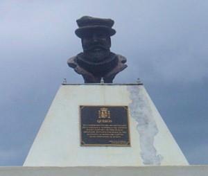 Le buste de Quirós, monument à Santo (photo Annie Baert)